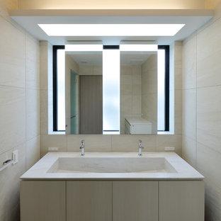 他の地域のモダンスタイルのおしゃれなトイレ・洗面所 (フラットパネル扉のキャビネット、ベージュのキャビネット、ベージュの壁、一体型シンク) の写真