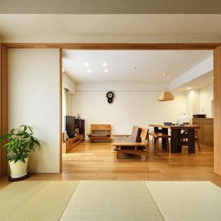 和風のおしゃれな独立型ファミリールーム (白い壁、畳、緑の床) の写真