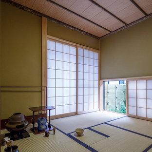 他の地域のアジアンスタイルのおしゃれなファミリールーム (緑の壁、畳、緑の床) の写真