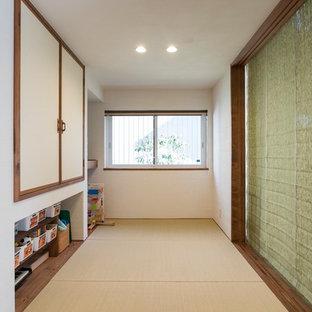 Aménagement d'une salle de séjour éclectique avec un sol de tatami, aucune cheminée et un sol multicolore.