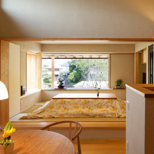 他の地域のアジアンスタイルのおしゃれなファミリールーム (白い壁、畳、据え置き型テレビ、緑の床) の写真