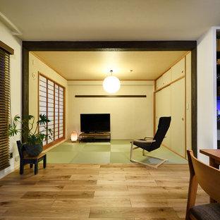 Asiatisk inredning av ett allrum med öppen planlösning, med vita väggar och en fristående TV