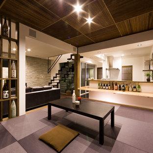 Ejemplo de sala de estar con barra de bar abierta, minimalista, con paredes blancas, tatami y suelo violeta