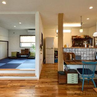 他の地域のコンテンポラリースタイルのおしゃれなファミリールーム (白い壁、無垢フローリング、茶色い床) の写真