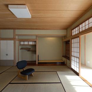 他の地域のアジアンスタイルのおしゃれなファミリールーム (ベージュの壁、畳、緑の床) の写真