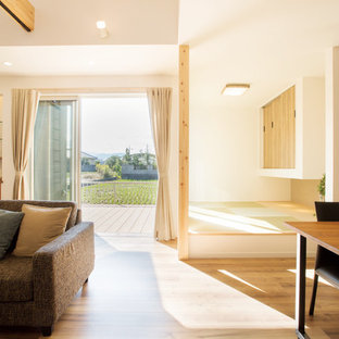 他の地域のアジアンスタイルのおしゃれなファミリールーム (白い壁、無垢フローリング、茶色い床) の写真