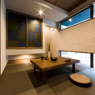 他の地域のアジアンスタイルのおしゃれな独立型ファミリールーム (ベージュの壁、畳、茶色い床) の写真