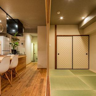 東京23区のおしゃれなファミリールーム (白い壁、畳、緑の床) の写真