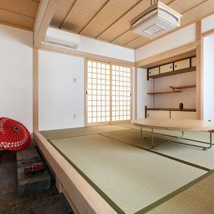 Immagine di un soggiorno etnico con pareti bianche, pavimento in tatami e pavimento verde