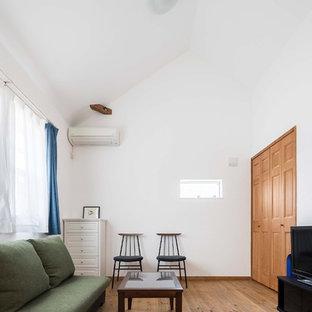横浜のコンテンポラリースタイルのおしゃれなファミリールーム (白い壁、無垢フローリング、茶色い床) の写真