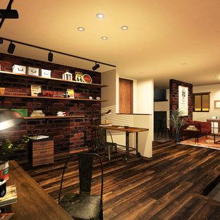 大阪のラスティックスタイルのおしゃれなファミリールーム (ライブラリー、マルチカラーの壁、濃色無垢フローリング、テレビなし、茶色い床) の写真