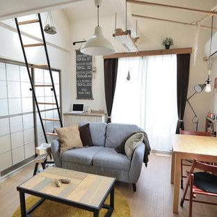 Diseño de sala de estar urbana, pequeña, con paredes blancas, suelo de madera clara y suelo marrón