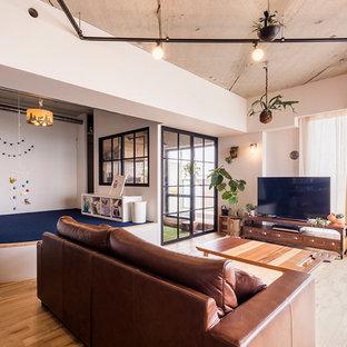 東京23区のインダストリアルスタイルのおしゃれなファミリールーム (白い壁、淡色無垢フローリング、据え置き型テレビ、茶色い床) の写真