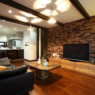 他の地域, のインダストリアルスタイルのおしゃれなファミリールーム (茶色い壁、据え置き型テレビ、茶色い床、無垢フローリング) の写真