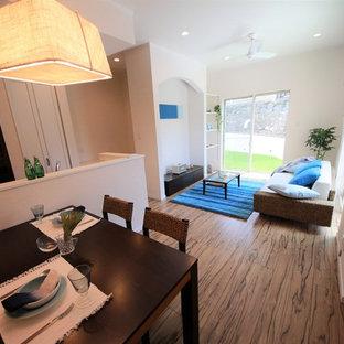 Ejemplo de sala de estar abierta, asiática, con paredes blancas y suelo marrón