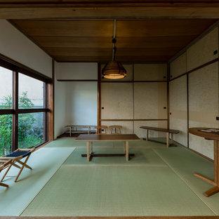 他の地域のアジアンスタイルのおしゃれなファミリールーム (白い壁、緑の床) の写真