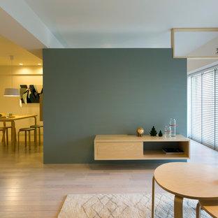 他の地域の北欧スタイルのおしゃれなファミリールーム (青い壁、塗装フローリング、ベージュの床) の写真