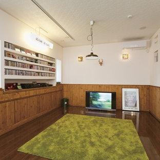 東京都下のアジアンスタイルのおしゃれなファミリールーム (白い壁、濃色無垢フローリング、据え置き型テレビ、茶色い床) の写真