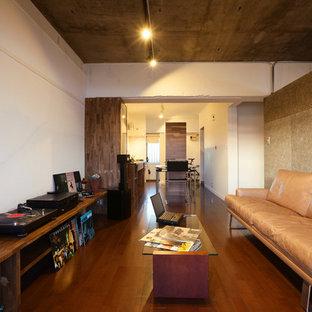 他の地域のインダストリアルスタイルのおしゃれなファミリールーム (白い壁、濃色無垢フローリング、茶色い床) の写真