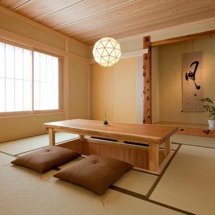 Foto di un soggiorno etnico di medie dimensioni con pareti beige, pavimento in tatami e pavimento verde