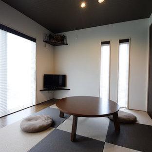 他の地域の和風のおしゃれなファミリールーム (白い壁、畳、据え置き型テレビ、マルチカラーの床) の写真