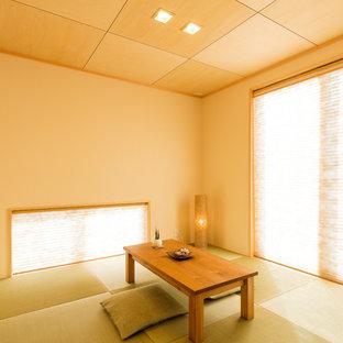 Modelo de sala de estar de estilo zen con paredes beige, tatami y suelo verde
