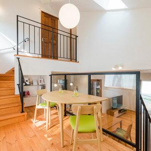他の地域のコンテンポラリースタイルのおしゃれなオープンリビング (無垢フローリング、暖炉なし、据え置き型テレビ、ベージュの床、白い壁) の写真