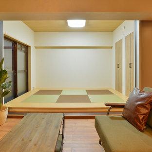 他の地域の和風のおしゃれなファミリールーム (白い壁、畳、マルチカラーの床) の写真