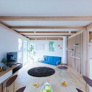 東京都下の北欧スタイルのおしゃれなファミリールーム (白い壁、淡色無垢フローリング、暖炉なし、据え置き型テレビ、ベージュの床) の写真