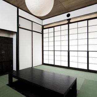 東京23区の和風のおしゃれなファミリールーム (白い壁、畳、緑の床) の写真