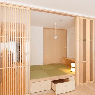他の地域, のアジアンスタイルのおしゃれな独立型ファミリールーム (白い壁、畳、緑の床) の写真