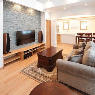 Idée de décoration pour une salle de séjour tradition ouverte avec un sol en contreplaqué, un mur blanc, un téléviseur fixé au mur et un sol marron.
