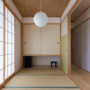 他の地域のアジアンスタイルのおしゃれなファミリールーム (白い壁、畳、緑の床) の写真
