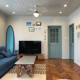 他の地域のビーチスタイルのおしゃれな独立型ファミリールーム (白い壁、濃色無垢フローリング、据え置き型テレビ、茶色い床) の写真