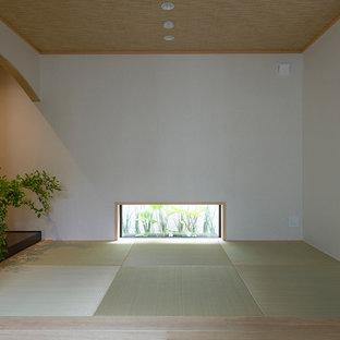 Foto de sala de estar cerrada, asiática, pequeña, sin chimenea y televisor, con paredes blancas
