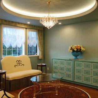 Esempio di un soggiorno chiuso con pareti verdi, pavimento in compensato e pavimento marrone