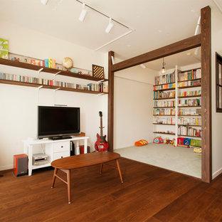 Inspiration för mellanstora asiatiska allrum med öppen planlösning, med ett musikrum, mörkt trägolv och en fristående TV