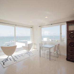 横浜の地中海スタイルのおしゃれなファミリールーム (塗装フローリング、白い床) の写真