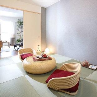 東京23区のアジアンスタイルのおしゃれなファミリールーム (紫の壁、畳、ゲームルーム、暖炉なし、テレビなし、緑の床) の写真