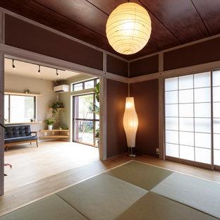 他の地域の小さい和風のおしゃれな独立型ファミリールーム (ベージュの壁、畳、緑の床) の写真