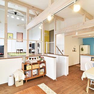 他の地域, のカントリー風おしゃれなファミリールーム (白い壁、無垢フローリング、茶色い床) の写真