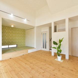 Esempio di un soggiorno costiero di medie dimensioni e aperto con pareti beige, pavimento in tatami, pavimento verde e soffitto in carta da parati