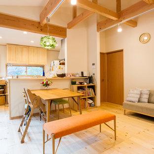 Imagen de sala de estar campestre con paredes blancas, suelo de madera clara y suelo marrón