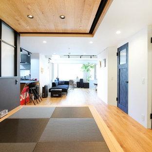 東京23区のインダストリアルスタイルのおしゃれなファミリールーム (白い壁、無垢フローリング、茶色い床) の写真