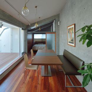 東京23区のモダンスタイルのおしゃれなファミリールーム (グレーの壁、濃色無垢フローリング、茶色い床) の写真