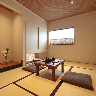 他の地域の和風のおしゃれなファミリールーム (ベージュの壁、畳、茶色い床) の写真