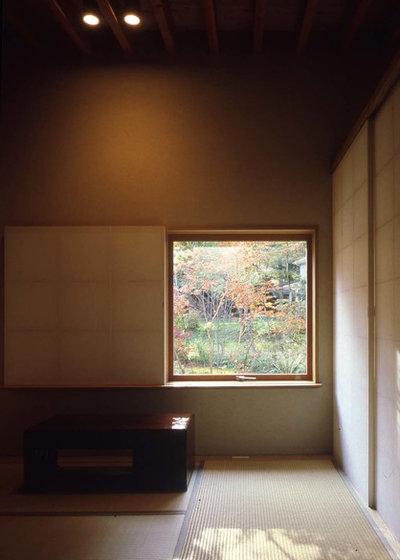 Japanese Family  Room by KEN YOKOGAWA ARCHITECT & ASSOCIATES INC.