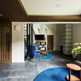 大阪の大きいモダンスタイルのおしゃれな独立型ファミリールーム (ホームバー、標準型暖炉、壁掛け型テレビ、グレーの床、白い壁) の写真