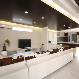 他の地域の大きいコンテンポラリースタイルのおしゃれなファミリールーム (白い壁、据え置き型テレビ、白い床、暖炉なし) の写真