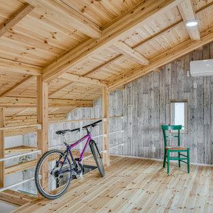 他の地域の中くらいのカントリー風おしゃれなファミリールーム (淡色無垢フローリング、ベージュの床、グレーの壁) の写真